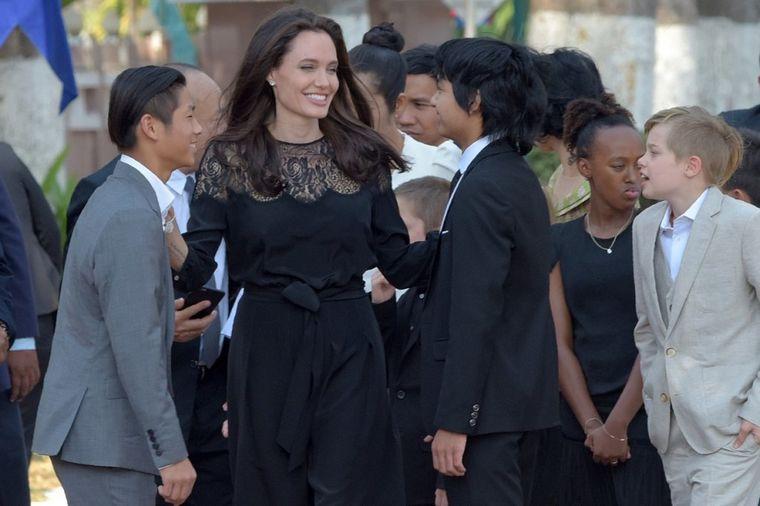 Nasmejana Anđelina Džoli: U crnoj, strukiranoj haljini pokazala kako zaista izgleda! (FOTO)