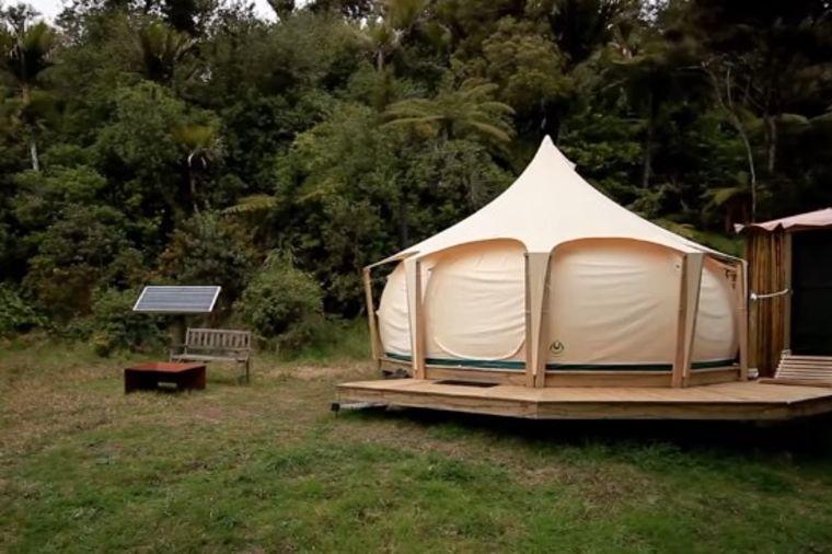 Smejali mu se kada je počeo da živi u šatoru: Sada mu svi zavide! (VIDEO)