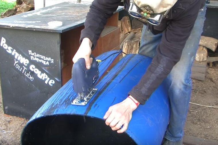 Počeo da seče staro plastično bure: Krajnji rezultat je potpuno neverovatan! (VIDEO)