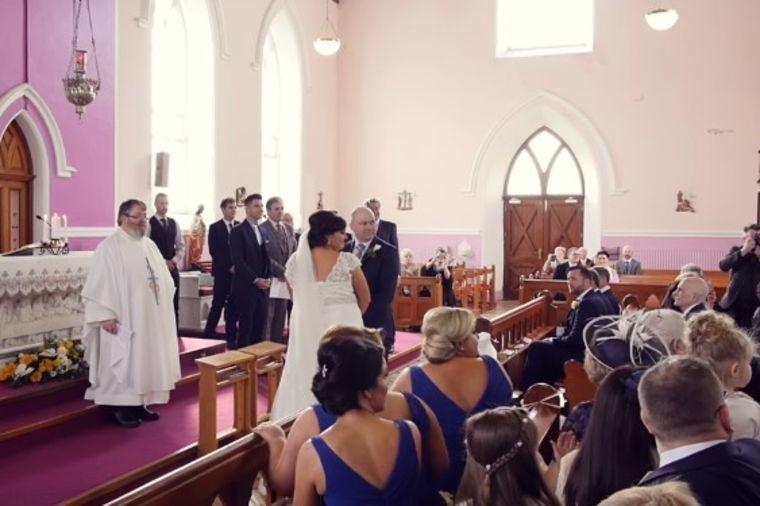 Glas u pozadini prekinuo venčanje: Kada se mlada okrenula, nije mogla da zadrži suze! (VIDEO)