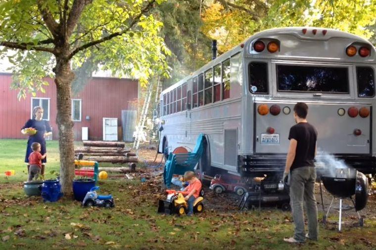 Od školskog autobusa napravili dom iz snova: Petočlana porodica komotno živi ovde! (VIDEO)