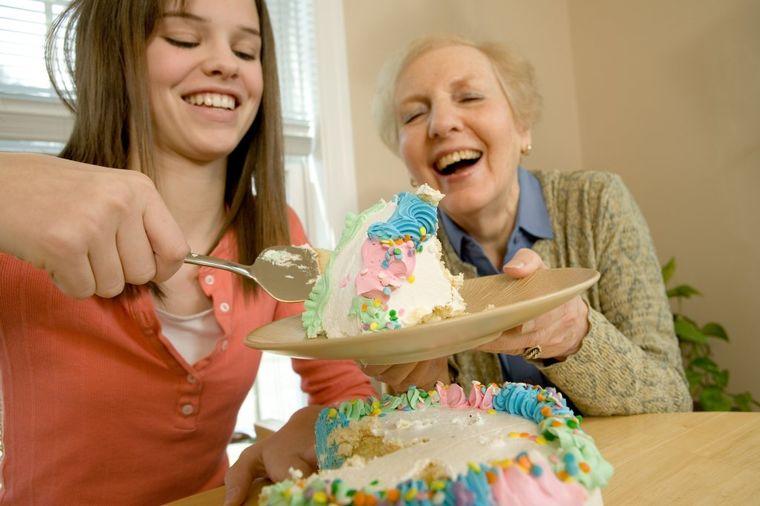 Jedite i pijte koliko hoćete: Evo zašto je bitno da se baš danas šalite, oprostite i volite!