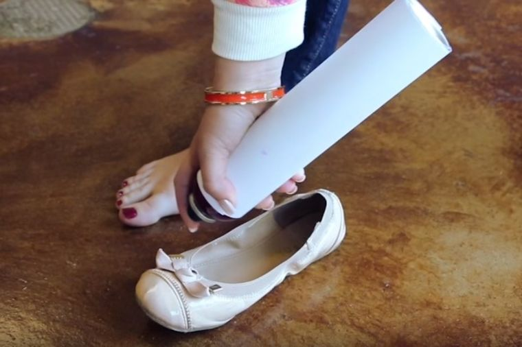 Sprejom za kosu isprskala unutrašnjost cipele: Genijalnu caku koristićete i vi! (VIDEO)