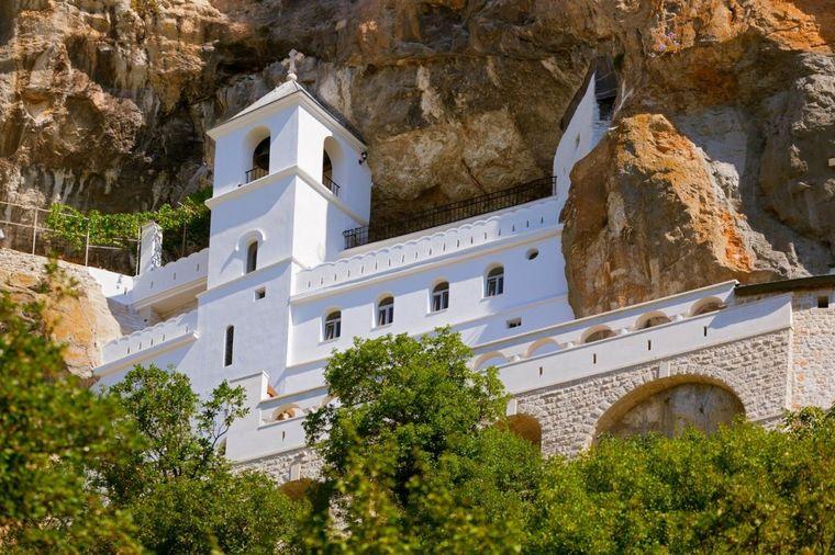 Manastir Ostrog: Mesto čuda, čiste vere i bezgranične božje milosti! (FOTO)