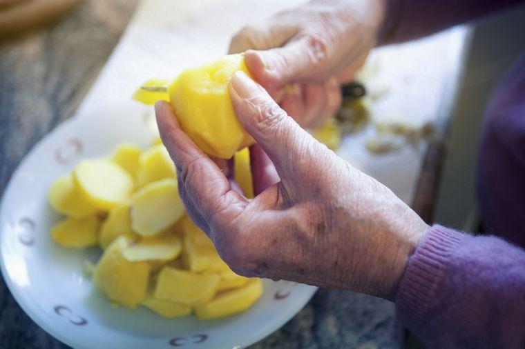 Žena napravila jednostavnu grešku sa krompirom: Umrla 4 člana porodice!