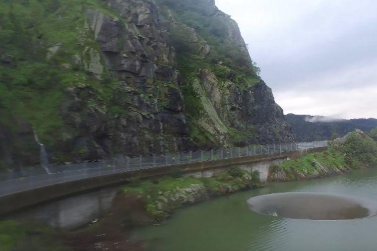 Voda nosila sve pred sobom, a onda se jezero otvorilo: Jezivi fenomen koji se retko viđa! (VIDEO)