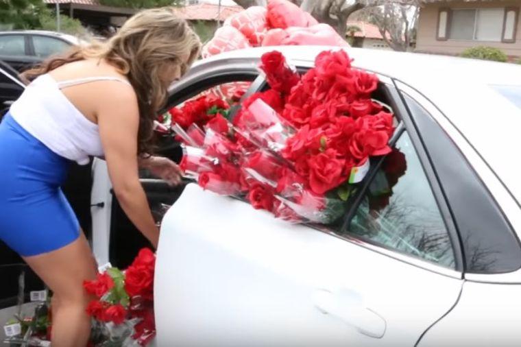 Stavio 1.000 ruža devojci u kola: Rasplakala se kada je videla šta se krije ispod cveća! (VIDEO)