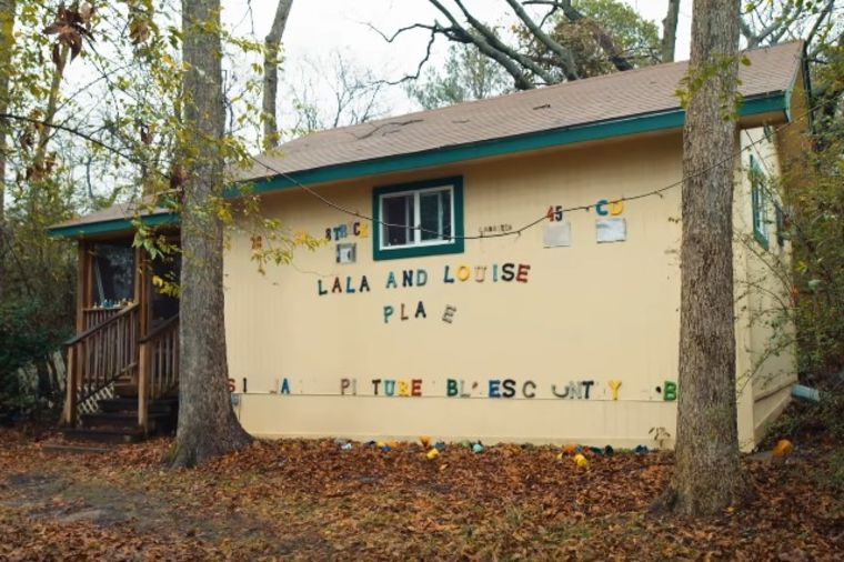 Deka napravio malu kuću u svom dvorištu: Njena unutrašnjost krije tužnu priču! (VIDEO)