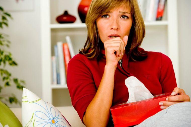 Žena kašlje, foto: Profimedia
