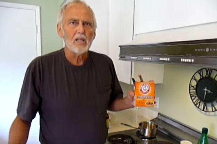 Tvrdi da je izlečio rak u 4. stadijumu sodom bikarbonom: Ovo je njegov recept od 2 sastojka! (FOTO)