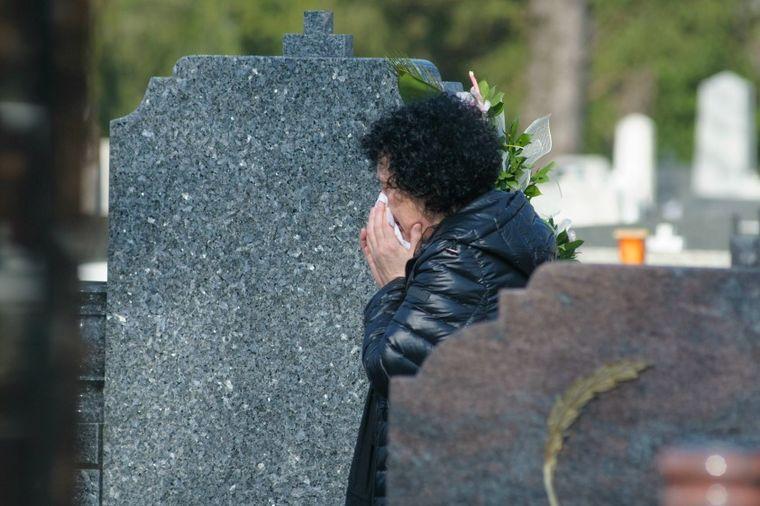 Majka u suzama donela cveće na grob voljene ćerke: Održan pomen Kseniji Pajčin! (VIDEO)