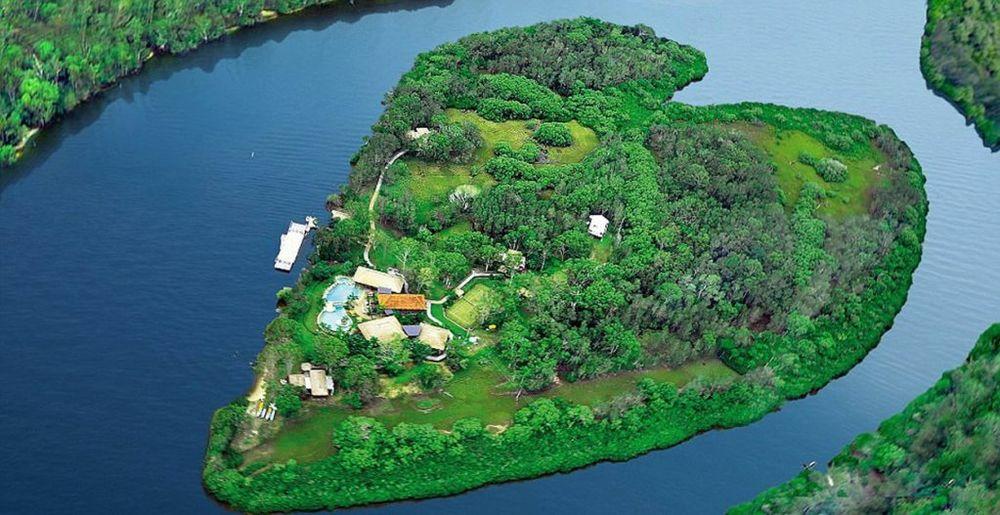 1. Ostrvo Mejkpis okružuje reka Nusa blizu istočne obale Australije, a pažnju privlači zbog oblika koji podseća na srce. (foto: Profimedia)