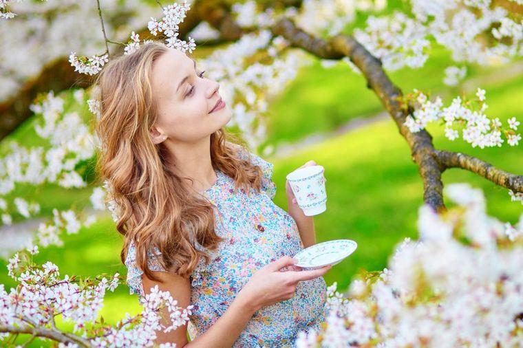 Devojka pije kafu, foto: Thinkstock