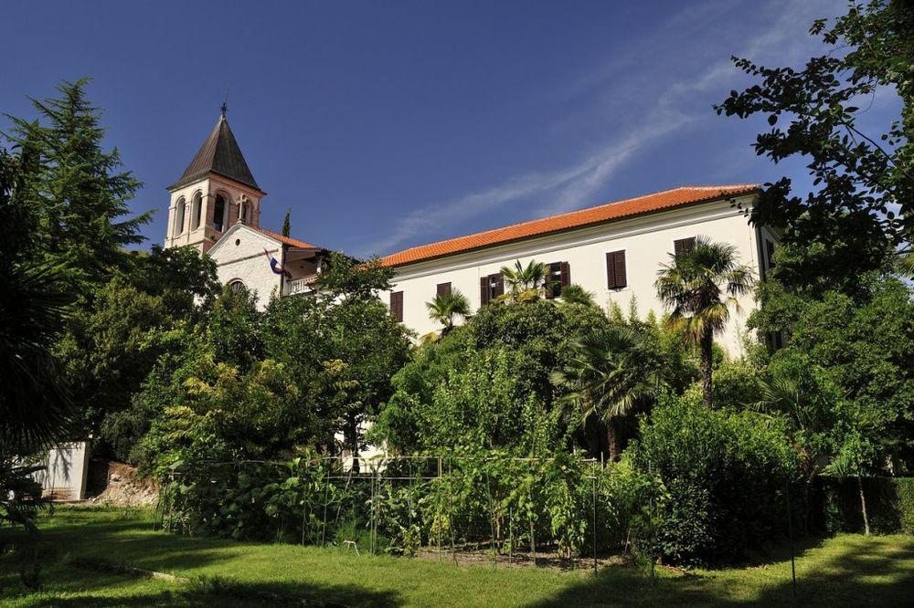 U toku poslednjeg rata 1991. - 1995. tj. odmah iza njega, manastir je poharan, ali ne bitnije. Bio je zapušten od 1995. do 1998. godine, a bogoslovija je bila izmeštena. Manastir je obnovljen nakon 1998. godine, i danas je centar pravoslavlja u Dalmaciji. Foto: Profimedia
