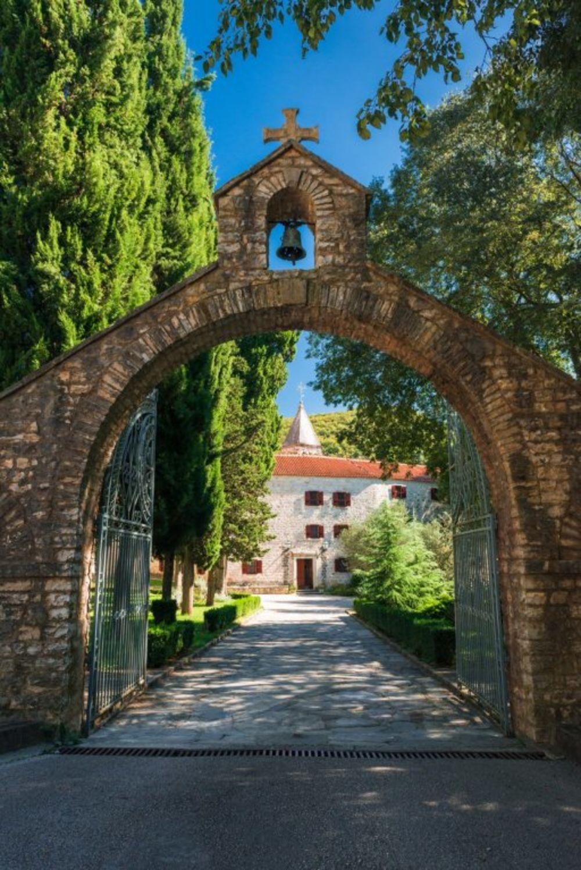 Manastir Krka nalazi se u Dalmaciji, između Šibenika i Knina. Ušuškan u kanjonu reke Krke, podignut je još za vreme kralja Milutina. Foto: Profimedia