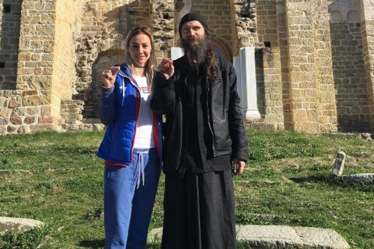 Milica Dabović tugu leči u manastiru: Posetila Đurđeve stupove (FOTO)