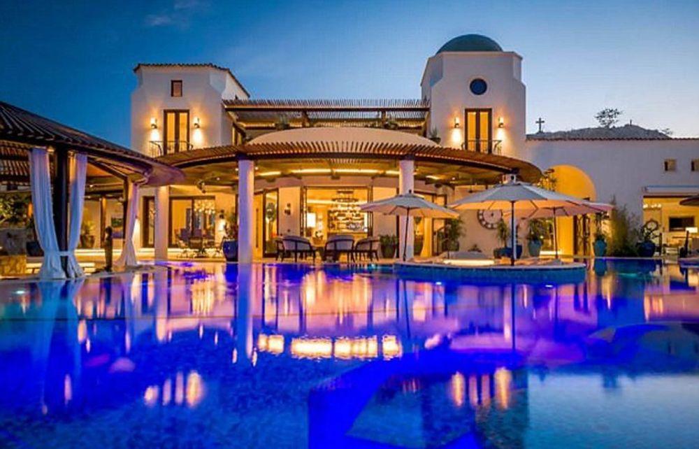 Raskošni bazen nudi mogućnost noćnog kupanja, dok uživate u odsjaju svetala o kristalno čistu vodu... Foto: Profimedia