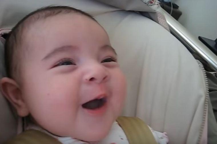 Mama zapevala svojoj 3-mesečnoj bebi: Njena reakcija nikoga ne ostavlja ravnodušnim! (VIDEO)