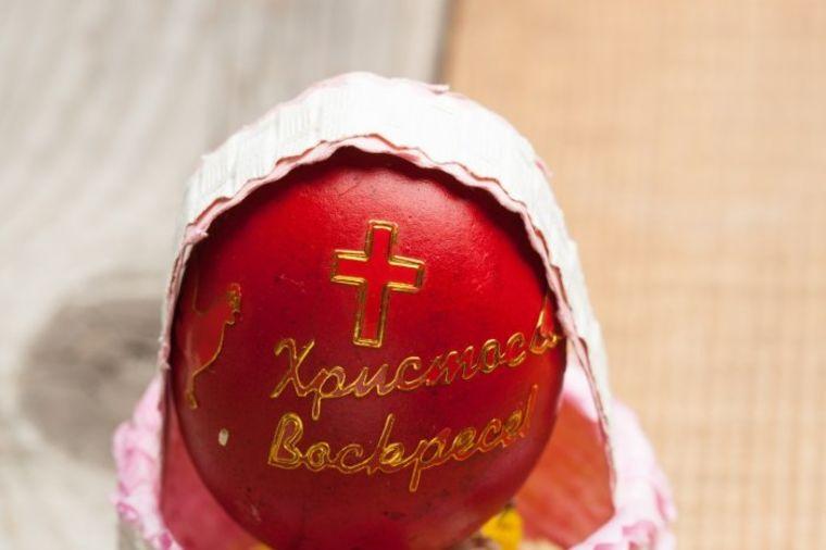 Zašto se prvo jaje farba u crveno: Šta je čuvarkuća i šta uraditi sa prošlogodišnjom!