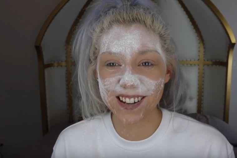 Stavila je bebi puder na lice i umočila ga u vodu: Otkačena caka koja će vas oduševiti! (VIDEO)