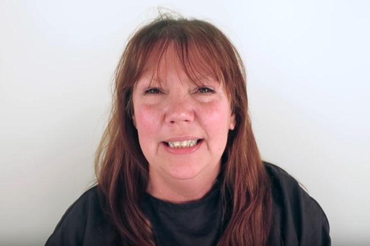 Crvenokosa žena očajnički želela drugačiji izgled: Frizer je potpuno promenio! (VIDEO)