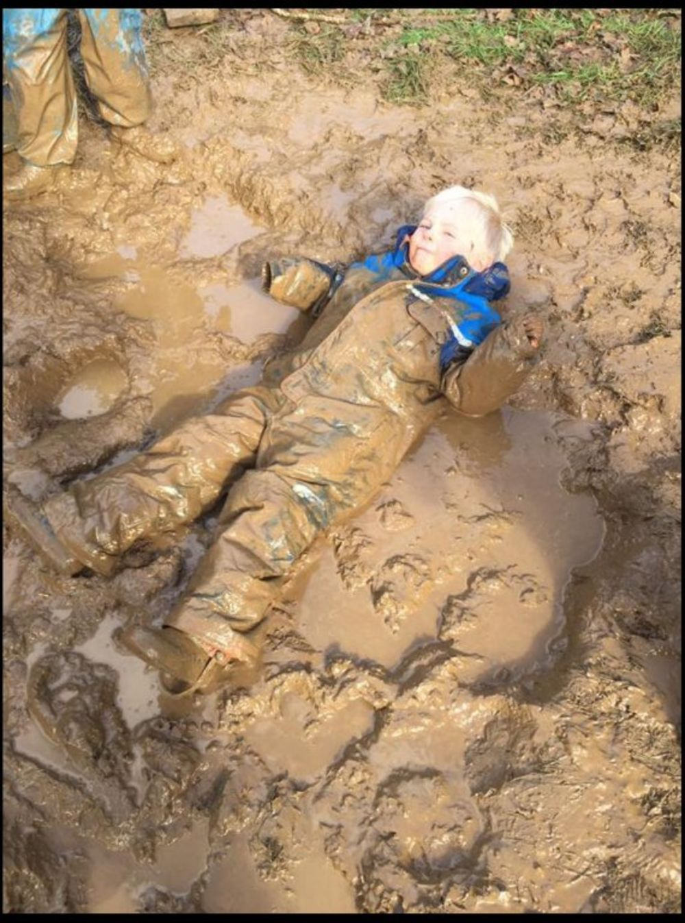 Valjanje u blatu je omiljena aktivnost mališana i nikom im to ne brani. Foto: Profimedia