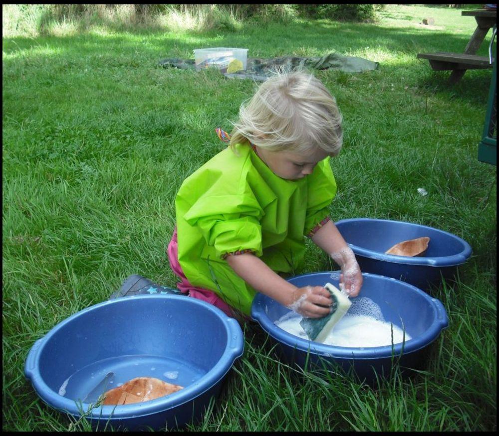 Deca sama peru svoj pribor za jelo. Foto: Profimedia