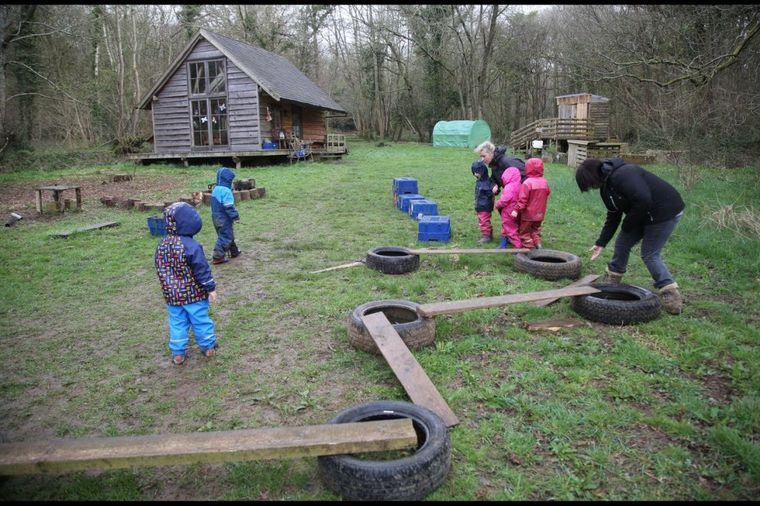 Evropski vrtić najbolji na svetu: Deca se igraju testerom i blatom, kuvaju na otvorenoj vatri!(FOTO)