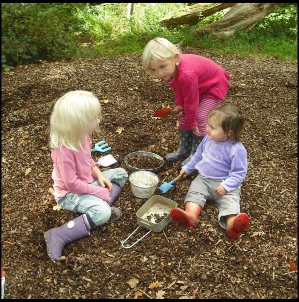 Svoju kreativnost, deca izražavaju sa predmetima koje nađu u prirodi. Foto: Profimedia