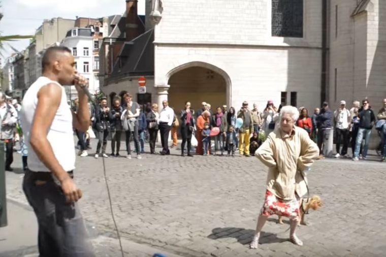 Baka prišla uličnom muzičaru: Slučajnim prolaznicima priredila trenutak za pamćenje! (VIDEO)
