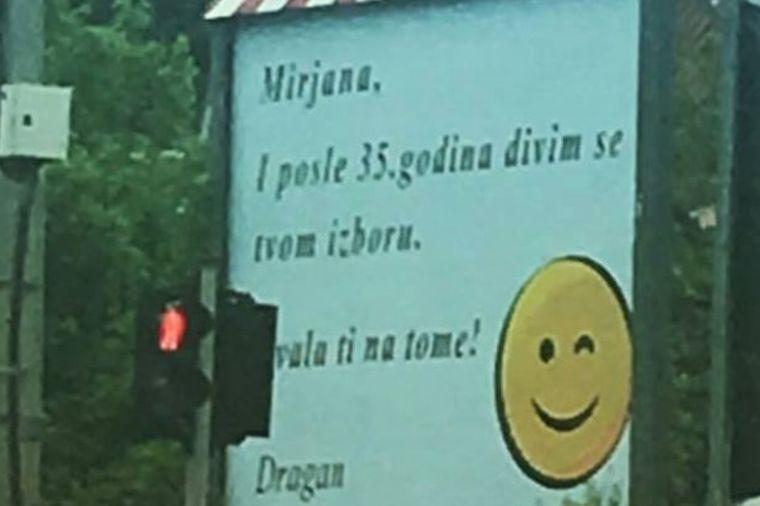 Urnebesna izjava ljubavi na bilbordu u sred Beograda: Zaljubljen do ušiju, ali u sebe! (FOTO)