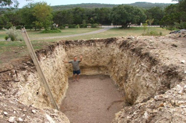 Svi su se krstili kada je iskopao ogromnu rupu u dvorištu: Sada mu komšije zavide! (VIDEO)
