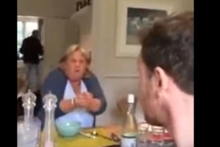 Svakog dana gađa svoju majku jajima: Ceo svet se smeje, a niko ne kapira poentu! (VIDEO)