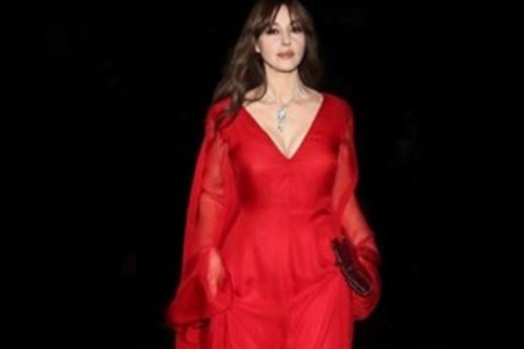 Monika Beluči u vatreno crvenoj haljini: Šta joj mogu godine? (FOTO)