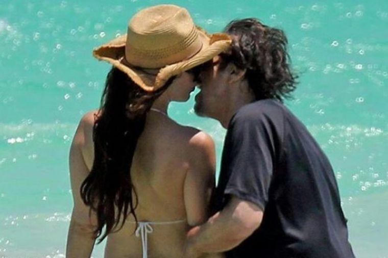 Glumac (77) spopao devojku (38) na plaži: Prolaznici nisu znali gde da gledaju! (FOTO)