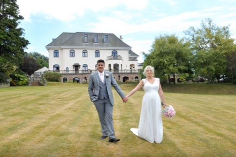 Udovica gledala slike svog venčanja: A onda je otkrila detalj koji je slomio! (VIDEO)