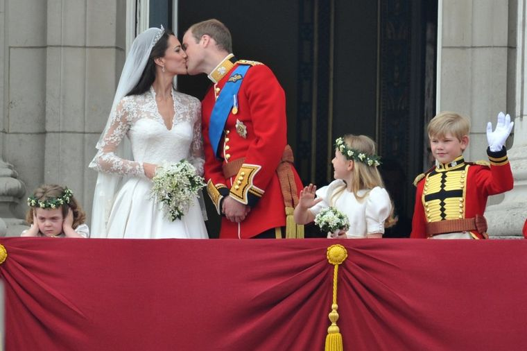 Sa 3 godine bila zvezda kraljevskog venčanja: Ovako danas izgleda najpoznatiji mali mrgud! (FOTO)
