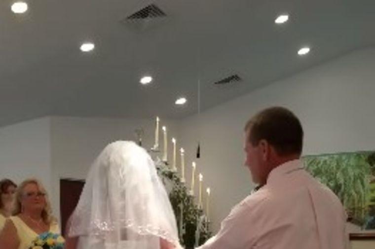 Mladenci bili pred oltarom kada je mladoženja prekinuo ceremoniju: Razlog je rasplakao sve! (VIDEO)