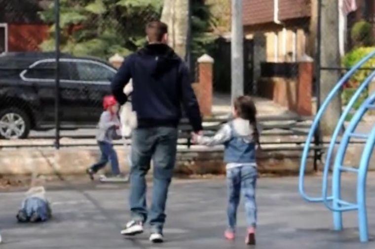 Majka je u čudu gledala kako joj dete iz parka odvodi nepoznat čovek: Snimak zabrinuo roditelje!