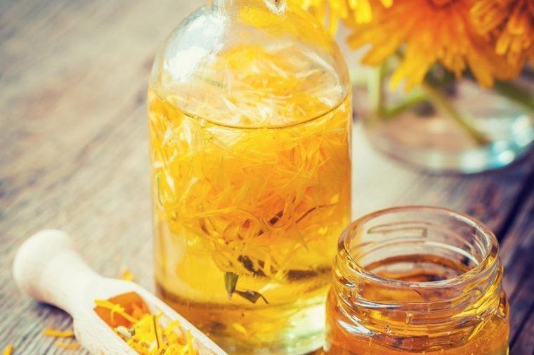 Spasonosno ulje za žene: Uklanja ciste na grudima i suzbija oticanje i bol! (RECEPT)