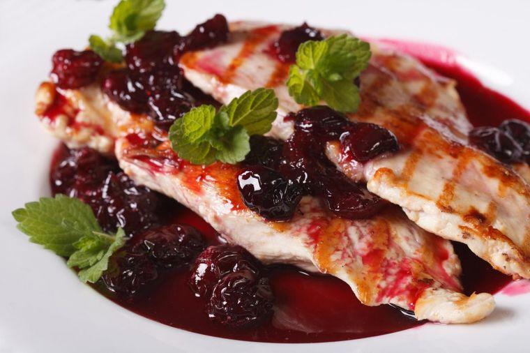 Vojvođansko jelo osvaja: Ćuretina u sosu od višanja! (RECEPT)