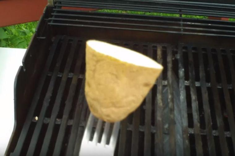 Roštilj je premazao krompirom: Genijalna caka koju ćete stalno koristiti! (VIDEO)