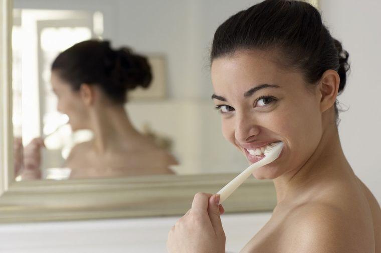Domaća pasta za zube bez štetnih sastojaka: Uklanja zadah od mladog i belog luka! (RECEPT)