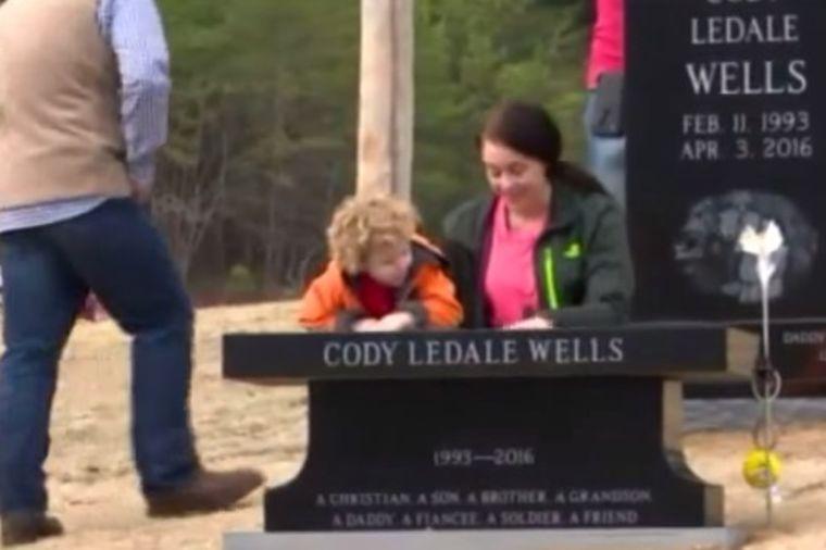 Tata iznenada preminuo: Supruga i sin ovakav prizor na njegovom grobu nisu očekivali! (VIDEO)