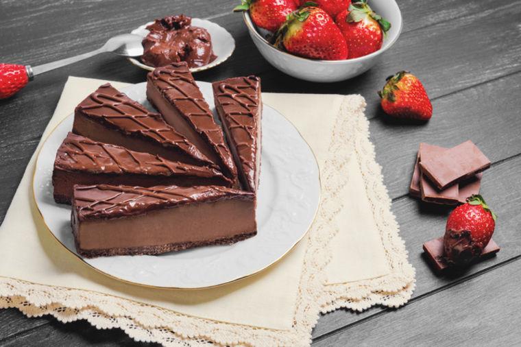 Ledeni čokoladni kolač: Brzi slatkiš koji se ne peče! (RECEPT)