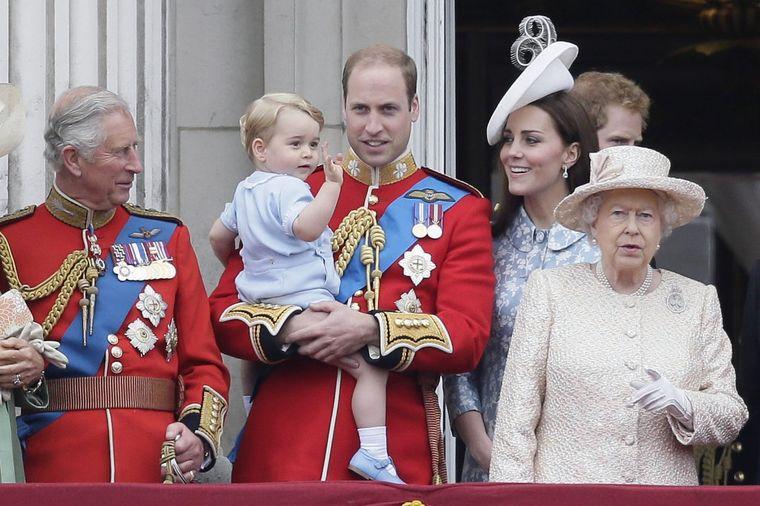 Kraljica Elizabeta besna na unuka: Čarls je loš uzor, Vilijam je isti otac! (FOTO)