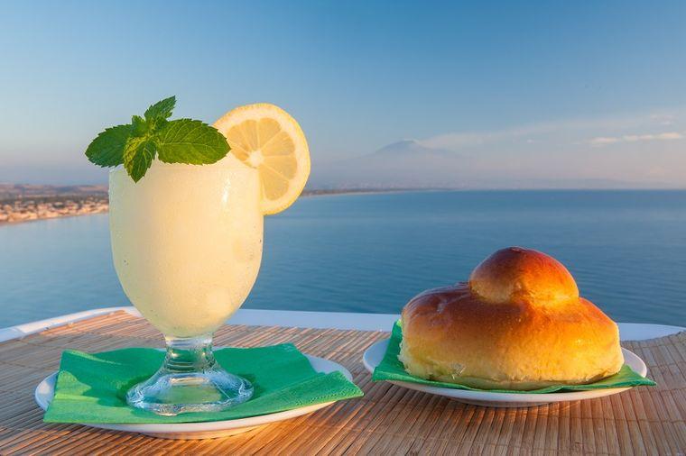 Polja limuna i pomorandži, biserno bele plaže: Mesto gde se ne prati moda, ali jede najbolja pasta!