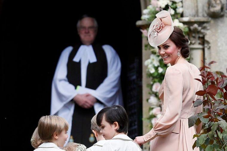 Kejt Midlton na sestrinom venčanju: Skromno obučena, čuva decu i ćuti! (FOTO)