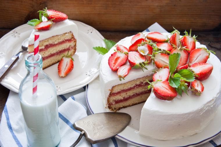 Prolećna torta sa jagodama: Sloj po sloj vrhunskog užitka! (RECEPT)