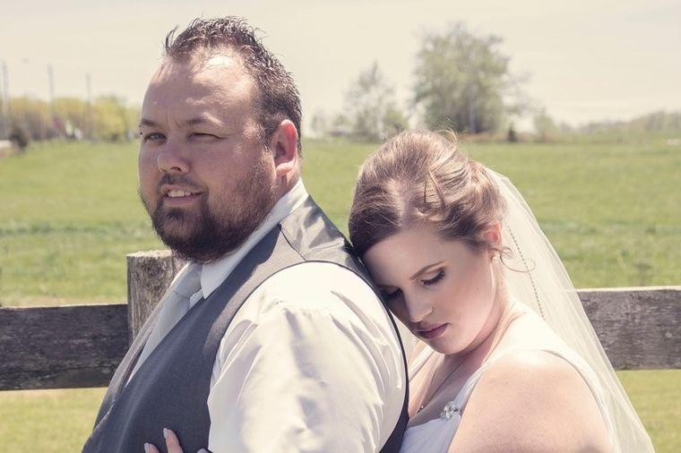 Izgleda kao obična slika sa venčanja: Prizor iza mladenaca zapanjio sve! (FOTO)